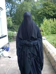 La seule tenue correcte pour nous toutes. (Aïsha Laharabi) Tags: abaya gants arabes beauté belle libre niqab couverte covered purdah voilée veiled extérieur femme soeurs khimar musulmane soumise
