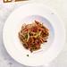 Ein Veganes Wok Nudel-Gericht in einem weißen Teller des Paguera Treff Boutique Hotels