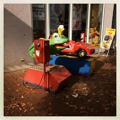 Schaukelautomat (DaWernRulez) Tags: schaukelautomat just one quarter hipstamatic hannover fun frosch frog