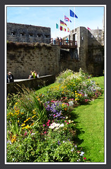 A l'intérieur des remparts de Concarneau (myvalleylil1) Tags: france bretagne concarneau architecture fleurs brittany