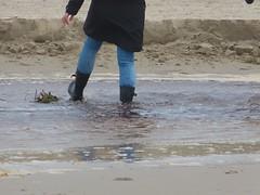 Beach walk (willi2qwert) Tags: gummistiefel gumboots girl gummistövlar regenstiefel rubberboots rainboots wellies wellingtons women wasser wet water wave watt strand beach