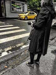 vou de táxi (lucia yunes) Tags: rua cenaderua fotoderua fotografiaderua amarelo voudetaxi taxi streetphoto streetshot streetphotographie streetscene mobilephotographie motozplay mobilephoto luciayunes yelow urbano urbanlife