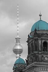 Fernsehturm hinter Berliner Dom (Jenke-PhotozZ) Tags: berlin buildings beberlin fernsehturm berlinerdom lustgarten schwarzweissbunt view visitberlin iloveberlin mitte city architecture architektur domkuppel tvtower photo photography canon