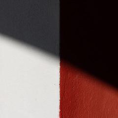 Rouge et Blanc (Meculda) Tags: minimal minimalisme minimalism color couleur red rouge blanc white ombre lumière mur wall