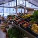 Gemüse und Bananen am Gemüsestand im Timeout Market in Lissabon