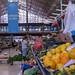Gemüsestände mit Verkäuferin am Timeout Market in Lissabon