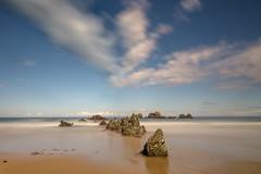 Pequeñas cordilleras. (Amparo Hervella) Tags: playadelaguilar asturias españa spain roca nube naturaleza largaexposición d7000 nikon nikond7000