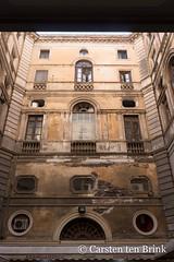 Catania interior (10b travelling / Carsten ten Brink) Tags: carstentenbrink 2018 catania etna europa europe iptcbasic italia italian italie italien italy sicily architecture cmtb courtyard interior