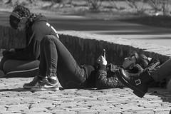 La ragazza della piazza (Wal Wsg) Tags: laragazzadellapiazza lamuchachadelaplaza laragazza lamuchacha lachica girl woma mujer femme femenina garota ragazza plaza argentina buenosaires caba capitalfederal ciudaddebuenosaires villacrespo parquecentenario dia day byn bw blackandwhite blancoynegro candid candidstreet canoneosrebelt6i canon phwalwsg photography photo foto fotografia fotocallejera