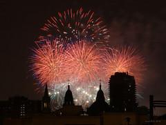 Feux d'artifice - Montréal (-AX-) Tags: bâtimentimmeuble feudartificefeuxdartifice lesdauphinssurleparc montréal plateaumontroyal église fireworks