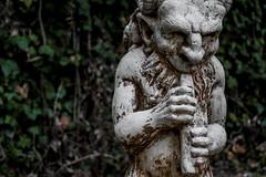 (es)Cultura (helenabalbas) Tags: hojas verde green flauta art arte escultura nikon d5600 oña estatua natura natur sculpture autumn otoño viejo old antiguo naturaleza plants flora outside brown october manos hand cabeza statue leaf