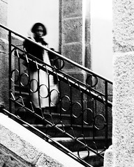 Going down the stairs (Francisco (PortoPortugal)) Tags: 2162018 bw nb pb monochrome monocromático interiores indoors pessoas people cpf centroportuguêsdefotografia escadas stairs porto portugal franciscooliveira