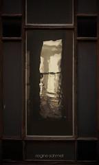 Das Fenster im Fenster (Regine Sahmel) Tags: fenster ventana window luz gold licht sepia dunkelheit tristeza melancolia oscuridad