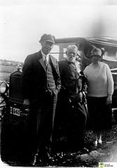 tm_5882 (Tidaholms Museum) Tags: svartvit positiv gruppfoto människor fordon personbil