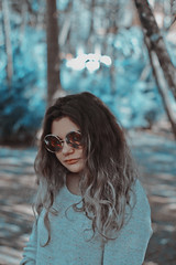 Bea (TheJennire) Tags: photography fotografia foto photo canon camera camara colours colores cores light luz young tumblr indie teen adolescentcontent longhair curlyhair portrait sunglasses 2017 sãopaulo brasil brazil sp teenmodel blue nature park