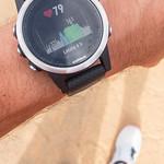 Herzschlagstatistik der letzen vier Stunden wird auf dem Display einer Garmin Smartwatch angezeigt thumbnail