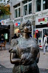 Statue von Mina Knallenfalls (Jan aus dem Tal) Tags: elberfeld wuppertal statuevonminaknallenfalls nrw deutschland