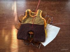Sonntagsanzug für eine Biene (Sockenhummel) Tags: knitting hose babyhose strampler strampelanzug bienenhose kleidung biene museum dengamleby 1974 dänemark aarhus explore inexplore explored fluidr today'sexplore explorer