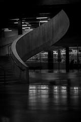 Recuerdo aquel día (Solène.CB) Tags: bw nb black noir white blanc tatemodern blavatnikbuilding london londres lines curves lignes courbes shapes formes reflection réflexion solènecb canoneos70d stairs escalier