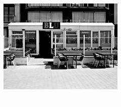 4:3 • n°21 (japanese forms) Tags: ©japaneseforms2018 ボケ味 モノクロ 日本フォーム 自転車 黒と白 43 bw blackwhite blackandwhite blancoynegro bokeh brasserie candid italiano monochrome random ristorante schwarzweis strasenfotografie straatfotografie streetphotography vlaanderen zwartwit