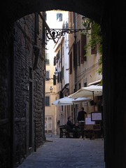 a pranzo a Pistoia (fotomie2009) Tags: pistoia toscana tuscany street vicolo dehors lamp lampione people arch arco italy italia narrow ristorante restaurant