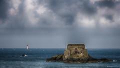 Un été... (Fred&rique) Tags: lumixfz1000 photoshop raw saintmalo bretagne horizon ciel eau phare fort paysage