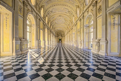 Giocando a scacchi / Playing chess (Palace of Venaria, Piedmont, Italy) (AndreaPucci) Tags: italy italia piemonte venariareale galleria grande gallery andreapucci canoneos60
