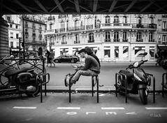 banc improvisé (Jack_from_Paris) Tags: l1013712bw leica m type 240 10770 leicaelmaritm28mmf28asph 11606 dng mode lightroom capture nx2 rangefinder télémétrique bw noiretblanc noir et blanc monochrom wide angle street rue discussion banc bench jeune homme smartphone olev velo