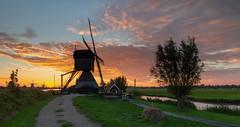 Sunrise in Kinderdijk (Wim Boon Fotografie) Tags: kinderdijk sunrise autumn canoneos5dmarkiii canonef1635mmf4lisusm leefilternd09softgrad leelandscapepolariser unescoworldheritage holland nederland