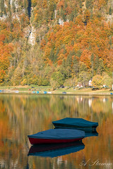 Herbst in klöntal. (Andreas Stamm) Tags: herbst indiansummer klöntal reflection spiegelung boot boat autumn