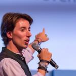 Christopher Obereder zeigt auf Leinwand während eienr Rede thumbnail