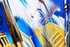 Éventail souvenir de Grèce (Christian Chene Tahiti) Tags: samsung s7e téléphone portable mobile eventail hercule dieu tête acropole papier paper folded creased plié grèce voyage travel macromondays bleu blanc blue white crinkled wrinkled crinkledwrinkledfoldedorcreased hmm