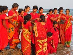 Mahabalipuram - Women in red (sharko333) Tags: travel voyage reise asia asie asien india indien tamilnadu mahabalipuram mamallapuram people street sea woman women olympus em1