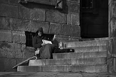 Mendiga ([Kralik]) Tags: mujer calle blancoynegro sombras galicia