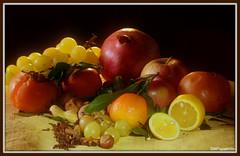 Inverno alle porte ..autunno alla frutta ..!  20181029-14-16-19-DSC_0352-001 (papamillo) Tags: nikond5300 autumn autunno frutti fruits light lightpainting natura colori papamillo luce uva melograno mandarino limone mela