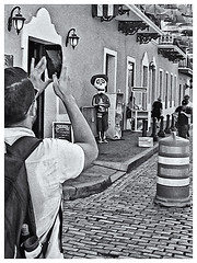 Fotografía Callejera (Street Photography) (Samy Collazo) Tags: pentaxauto1101978 pentax11024mmf28 pentaxmini pentax 110format formato110 smallformat formatopequeño 110cartridge cartucho110 sanjuan oldsanjuan viejosanjuan puertorico bn bw aristaedu100 fotografiaanalogica analogphotography streetphotography fotografiacallejera