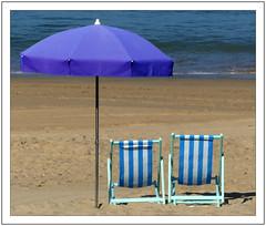 Demain...c'est l'automne -  Tomorrow ... it's autumn (diaph76) Tags: extérieur france stjeandeluz pyrénéesatlantiques plage beach sable sand parasol beachumbrella relax océanatlantique paysage landscape