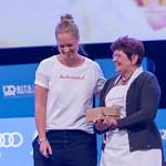 Katharina und Oma Anni von Kuchentratsch lachen bei Ihrer Rede auf der Bühne des Bits & Pretzels Festival in München thumbnail