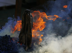 Bald ist Halloween - Er wartet schon ... (elke.kemna) Tags: elkekemna hölle höllenfeuer