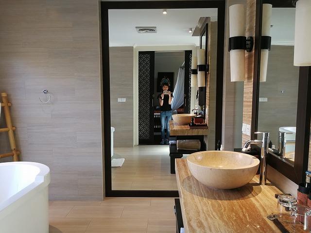 <p>バスルームは広くて明るい。左側に見えているのはバスタブ</p>