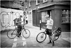 Lost in Text (Steve Lundqvist) Tags: english london londra inghilterra england uk britain british street streetphotography portrait persone ritratto road crossroad strada sidewalk posed leica q cellulare cell telephone chat chatting texting candid duo cycle bike bicycle