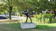 1965 Berlin-O. Turnende Knaben von Gerhard Rommel Bronze Grüne Trift 169 in 12557 Wendenschloß (Bergfels) Tags: skulpturenführer bergfels 1965 1960er 20jh ddr berlin ostberlin berlino turnendeknaben knabe bursche junge gerhardrommel grommel rommel bronze grünetrift 12557 wendenschlos köpenick skulptur plastik beschriftet
