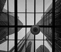 Renaissance Center - Detroit, Michigan (W_von_S) Tags: detroit michigan usa us america amerika unitedstates vereinigtestaaten city stadt stadtlandschaft cityscape blackwhite bw schwarzweis monochrome building gebäude wolkenkratzer skyscraper turm tower rain regen fassaden fassade architektur architecture pov wvons werner sony sonyilce7rm2 einfarbig monochrom
