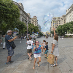 Reach the sky (Andrea Rizzi Esk) Tags: balls street barcelona spain people colorful square person building play kids children reflex