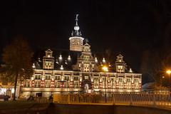Kloveniersdoelen (Tom van der Heijden) Tags: middelburg nachtfotografie stad avond straat zeeland walcheren kloveniersdoelen monument brug verlichting