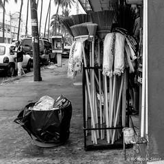 Mirada tras las fibras (Ricardo A Sáenz) Tags: gente acera sidewalk vendor street people x100t colima vendedor calle fujifilm