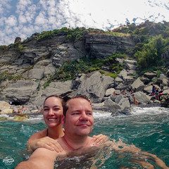 G0012380_web (derFrankie) Tags: 2018 anyvision b bestofbest c f faces g italien joy l labels m o r s t v w bay beach bodyofwater cape cliff coast coastalandoceaniclandforms exported fun girl leisure mountain ocean rapid recreation river rock sea sky terrain tourism tree ultraselect vacation water waterfeature watercourse wave