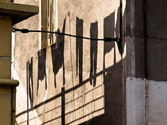 2009-04-14_3941 (sulamith.sallmann) Tags: aveyron bekleidung clothes europa france frankreich klamotten kleidung midipyrénées millau schatten shadow wäsche wäscheleine albi midipyrénéesauveyron fra sulamithsallmann