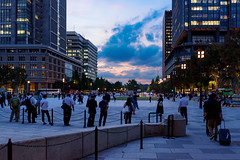 At the twilight in ftont of Tokyo Station Marunouchi entrance : 黄昏時の東京駅丸の内口前 (Dakiny) Tags: 2018 autumn october twilight night japan tokyo chiyoda marunouchi city street outdoor landscape garden station tokostation architecture building people nikon d750 nikonafsnikkor28mmf18g afsnikkor28mmf18g