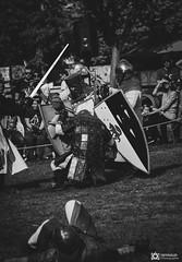 Medievale-Isle Sur Sorgues-4194 (reynaud.photographie) Tags: medievale chevalery chevalier armure épée sword fight fighting shield bouclier blackandwhite noiretblanc